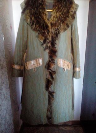 Пальто зимнее из плащевки  на натуральной кроличьей подкладке.