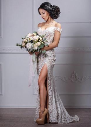Свадебное вечернее кружевное платье с открытой спиной и спущен...