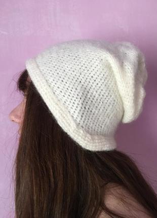 Красивая белая шапка ручная работа вязаная