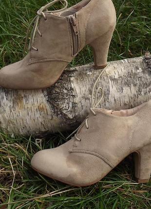 Туфли закрытие бежевые каблук шнуровка 35-36 размер