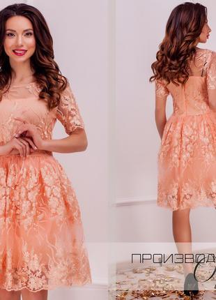 Красивое приталенное женское платье из ажурного кружева
