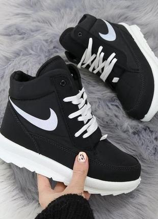 Зимние женские черные короткие ботинки дутики на шнуровке