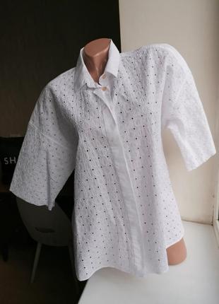 Белоснежная натуральная рубашка с перфорацией и коротким рукав...