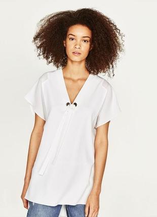 Белая удлиненная футболка туника с разрезами по бокам и шнуром...