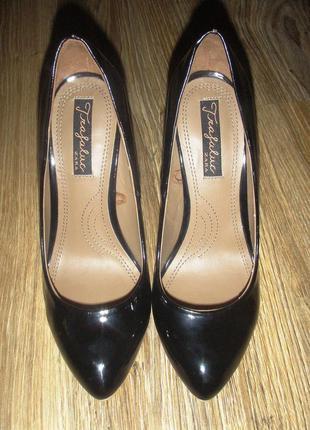 Туфли лодочки черные лакированные с розовым каблуком
