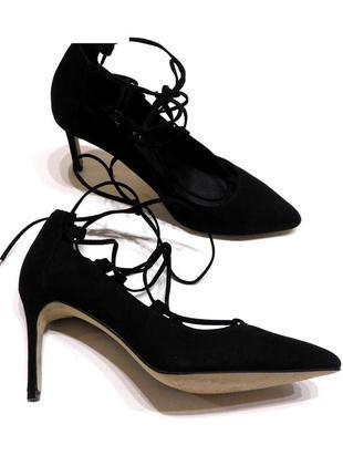 Идеальные замшевые туфли лодочки  с шнуровкой на среднем каблу...