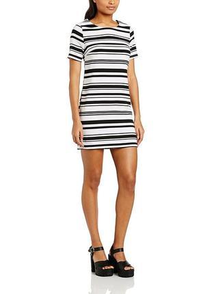 Актуальное платье в черно-белую полоску