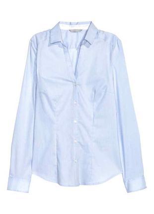 Приталенная рубашка блузка с треугольным вырезом  в голубую ме...