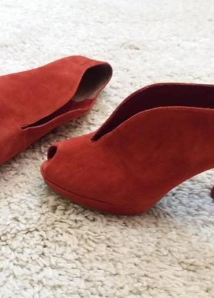 Красные замшевые туфли  39р             тamaris