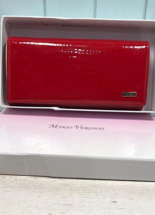 Женский кожаный кошелек лаковый красный mario veronni