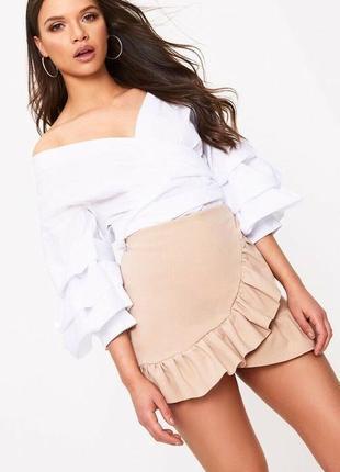 Бежевые шорты-юбка на запах с рюшей