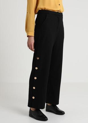 Бесподобные стильные фактурные брюки с золотыми пуговицами lou...