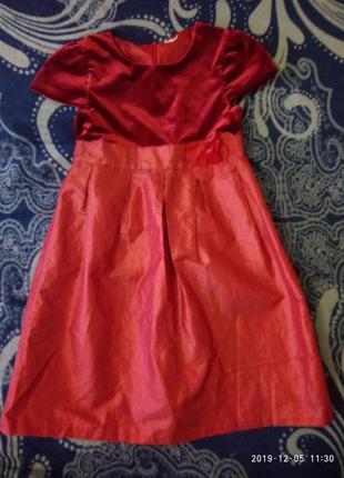 Красивое нарядное платье примерно на 8-9 лет