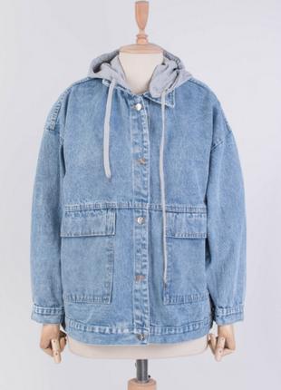 Женская джинсовая куртка с серым капюшоном джинсовка надписью ...