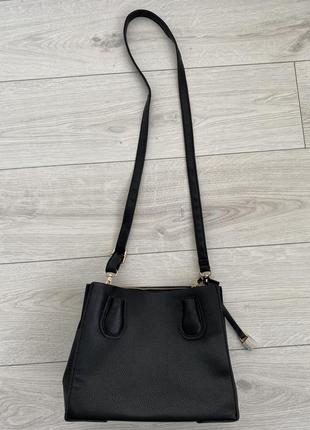 Черная сумка с длинной ручкой