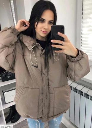 Женская куртка в спортивном стиле оверсайз с капюшоном цвета к...