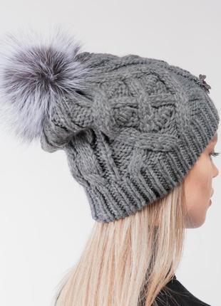 Модная стильная шапочка с брошью и помпоном из натурального меха!