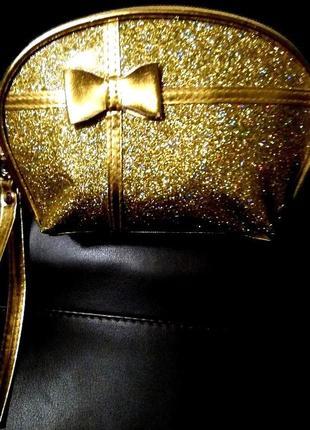Вечерний золотистый лаковый клатч косметичка на ремешке с голо...