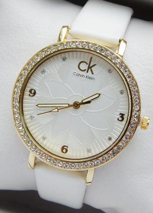 Женские наручные часы на белом кожаном ремешке с цветком на ци...