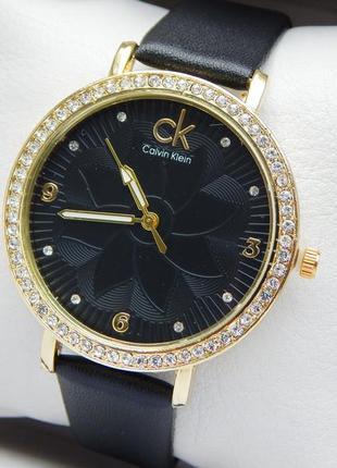 Женские наручные часы на черном кожаном ремешке с цветком, стр...