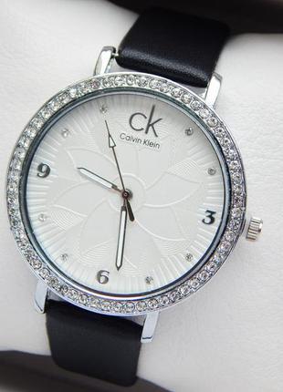 Женские наручные часы на ремешке, с камушками, цветок на цифер...