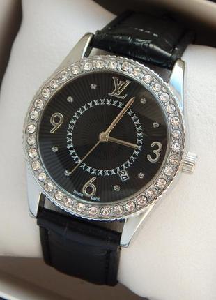 Красивые женские часы серебристого цвета, с черным циферблатом...