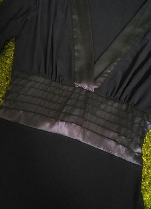 Чёрное платье с v-образным вырезом с поясом