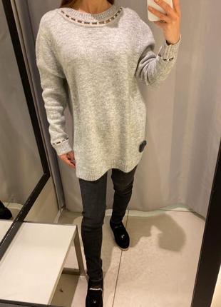Удлинённый серый свитер с жемчугом туника reserved есть размеры
