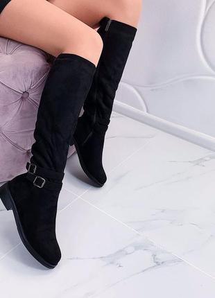 Красивые качественные зимние высокие замшевые сапоги на каблуке