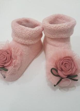 Нарядные и теплые носочки-пинетки с украшением