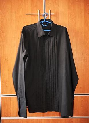 Мужская рубашка черного цвета.