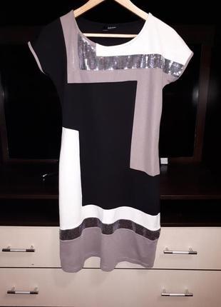 Красивое платье с паетками на новый год раз.