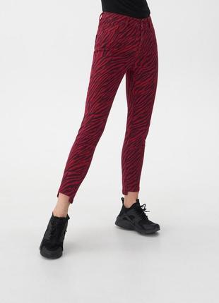 Яркие джинсы с высокой посадкой house