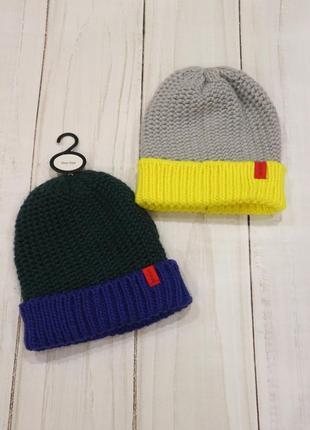 Вязаная яркая шапка-бини с отворотом