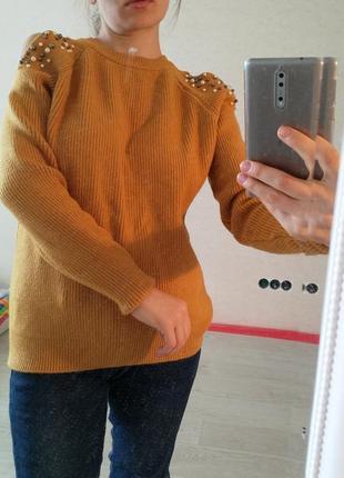Плотный теплый свитер с оголенными плечами