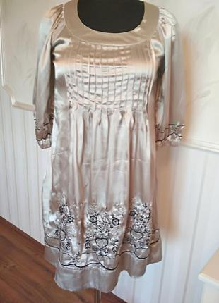 Красивое атласное платье с вышивкой, размер 46-48.