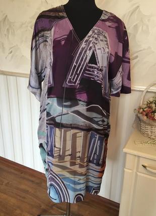 Стильное платье из шелковистой ткани 48 размера.
