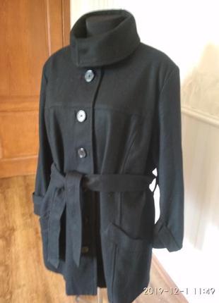 Качественное демисезонное  пальто  на подкладке, размер 52-54-56.