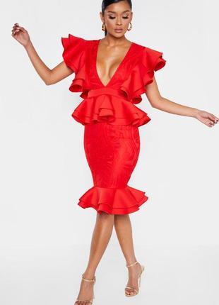 Роскошное красное платье миди с оборками