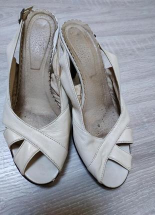 Отличные изящные бежевые босоножки на каблуке, размер 40