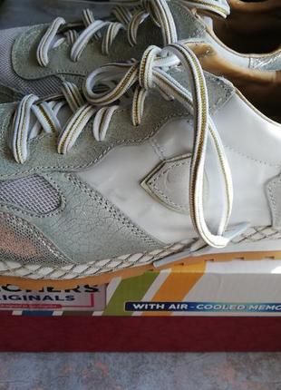 Skechers кроссовки светлые.