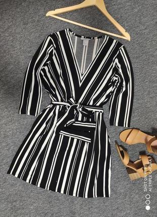 Стильное платье с треугольным вырезом и карманчиками по бокам ...