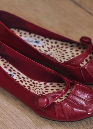 Красные лаковые балетки
