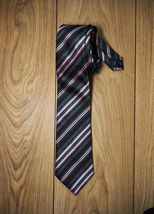 Красивый полосатый галстук