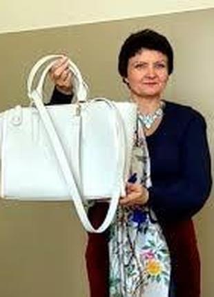 Модная женская сумка светлого цвета