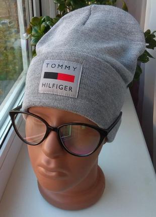 Новая стильная шапка бини с нашивкой, серая
