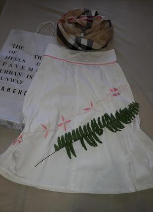 Белая юбка с вышивкой 1+1=3