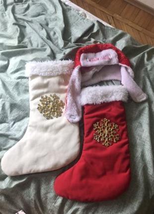 Новогоднее оформление шапка Деда мороза и носки новогодние