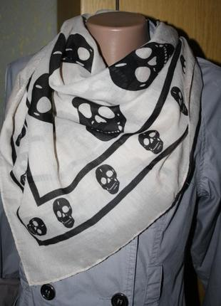 Большой бежевый платок с черепами