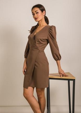 Приталенное платье на запах цвета